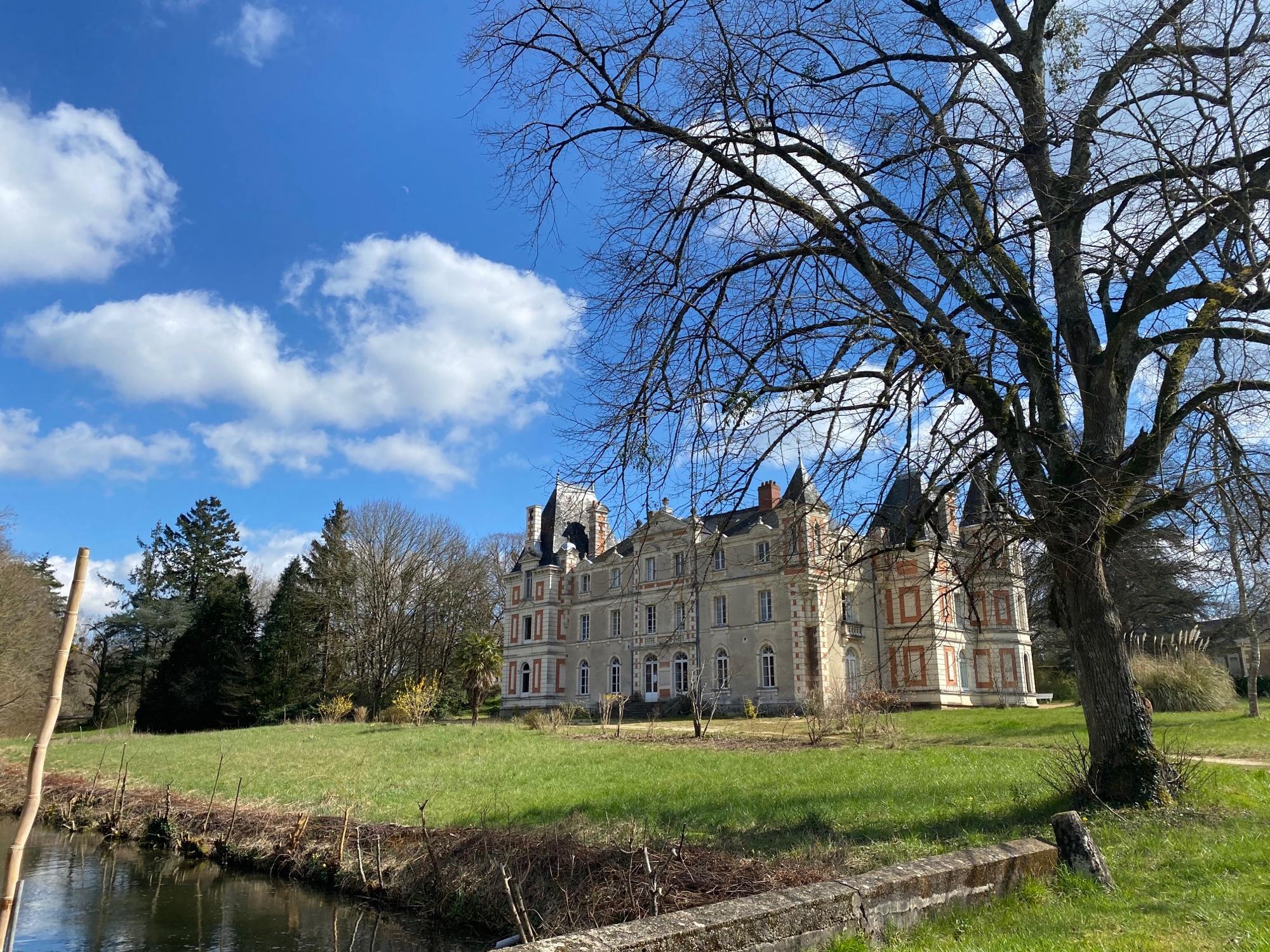 Chateau de Grésillon, 18 век. С 1951 года здесь обитают эсперантисты, Kulturdomo de Franclandaj Esperantistoj. Лодочки в пруду. Полукруглая прекрасная конюшня за домом. Понятно, никого - но парк открыт.
