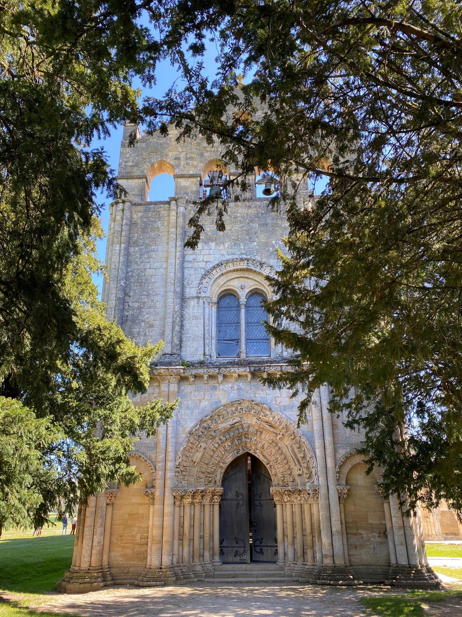 Аббатство 10 века в Blasimon. Церковь открыта.