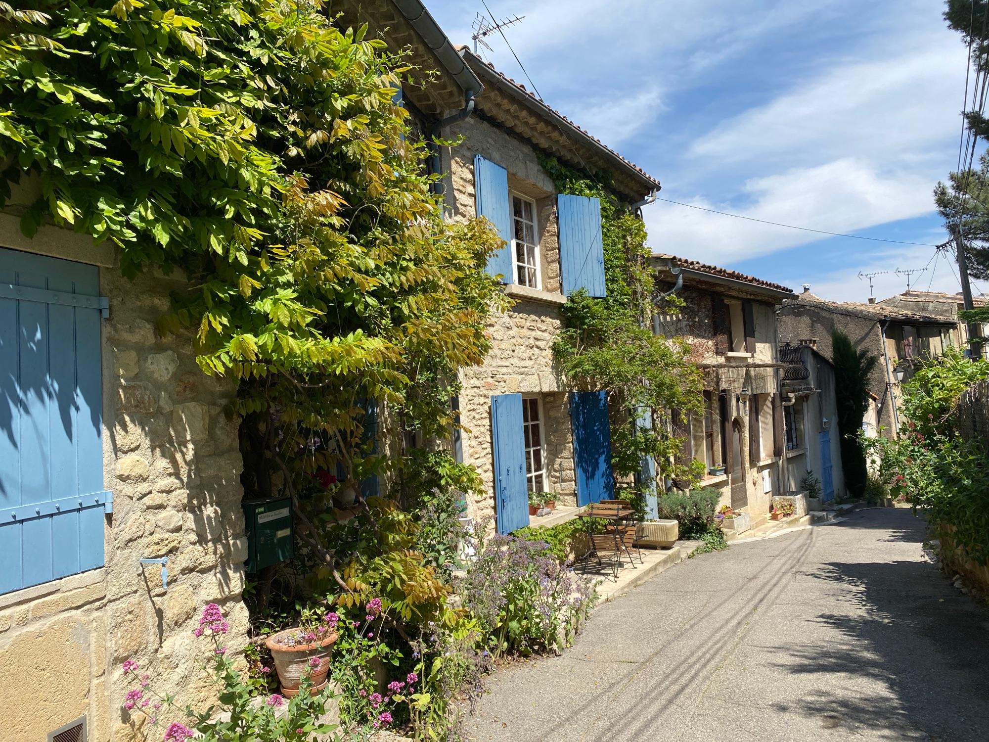 Деревня Cucuron. Двое городских ворот 14 века, донжон, лавуар и вот такие домики...