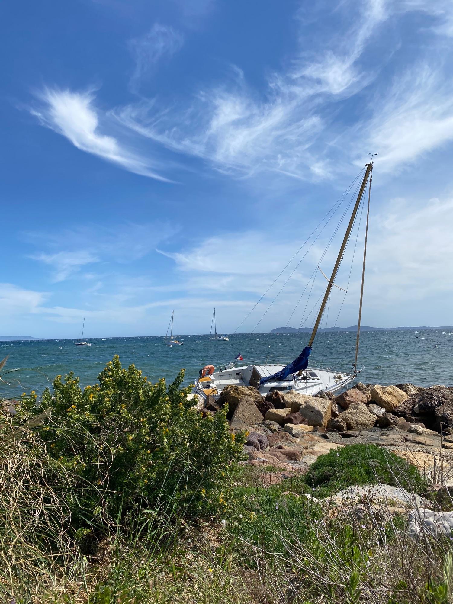 Катастрофа -  сильный ветер сегодня, и яхту сорвало с якоря и побило о берег.,,
