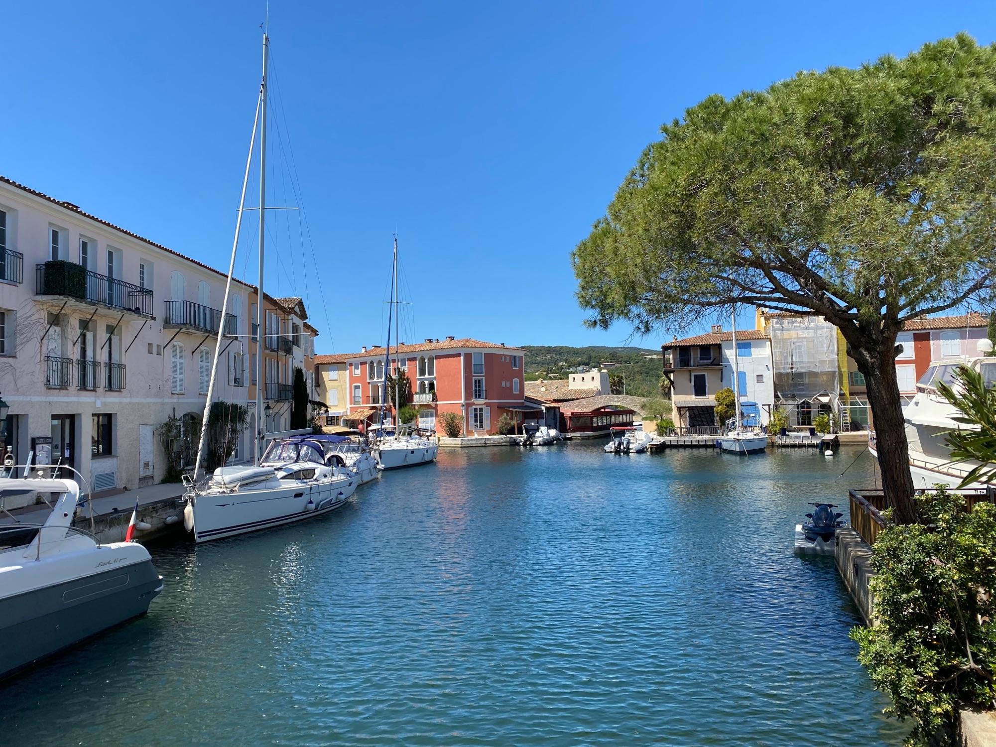 Город Port-Grimaud, пуст пока, с венецианской парковкой до города, тоже пустой.