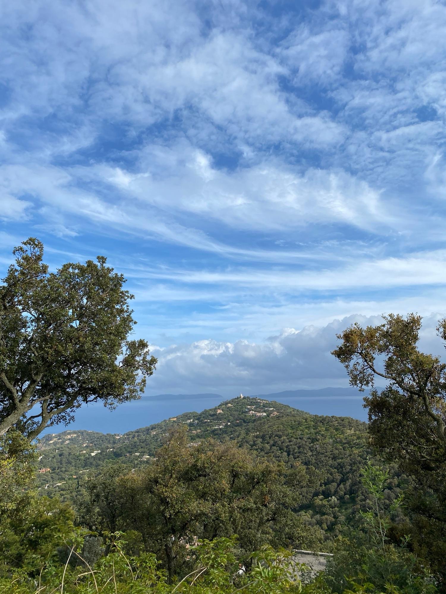 Вид с нашего холма, и не поверить что до моря 11 минут вниз