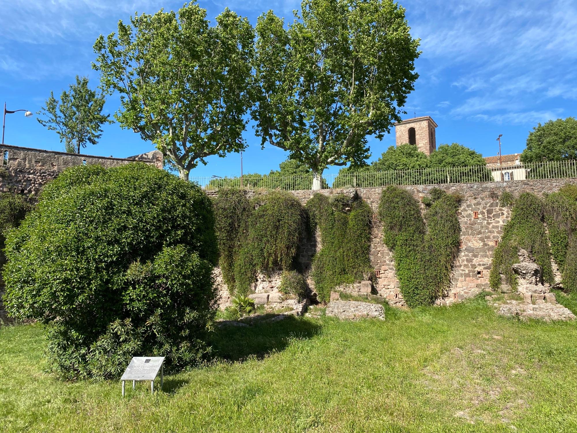 Стена укрепления галлов в городе Frejus, как новая, лет примерно 2000