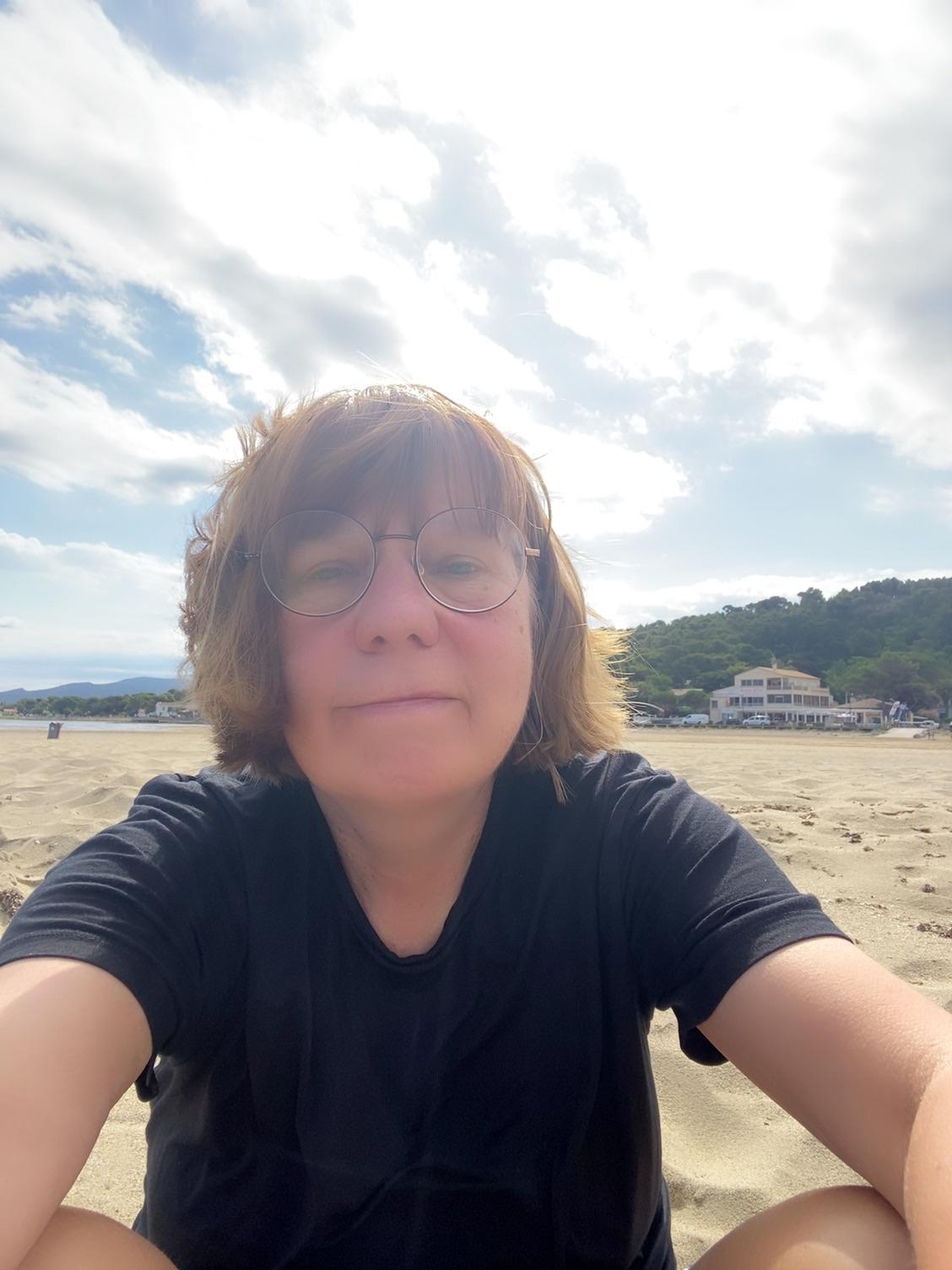 Это я на пляже сегодня с ощущением счастья. Дымка - это ветер нескт песок