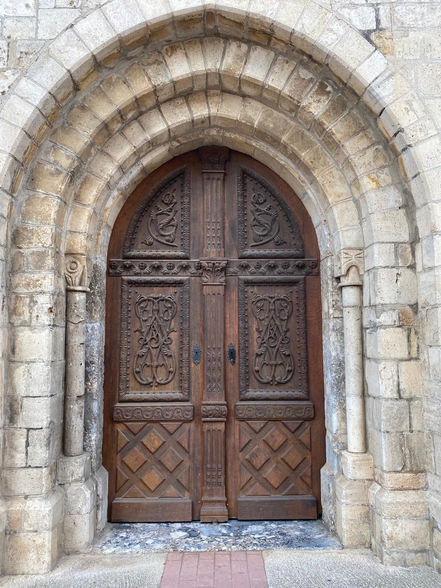 Что хотел сказать автор этими рисунками на церковных дверях?