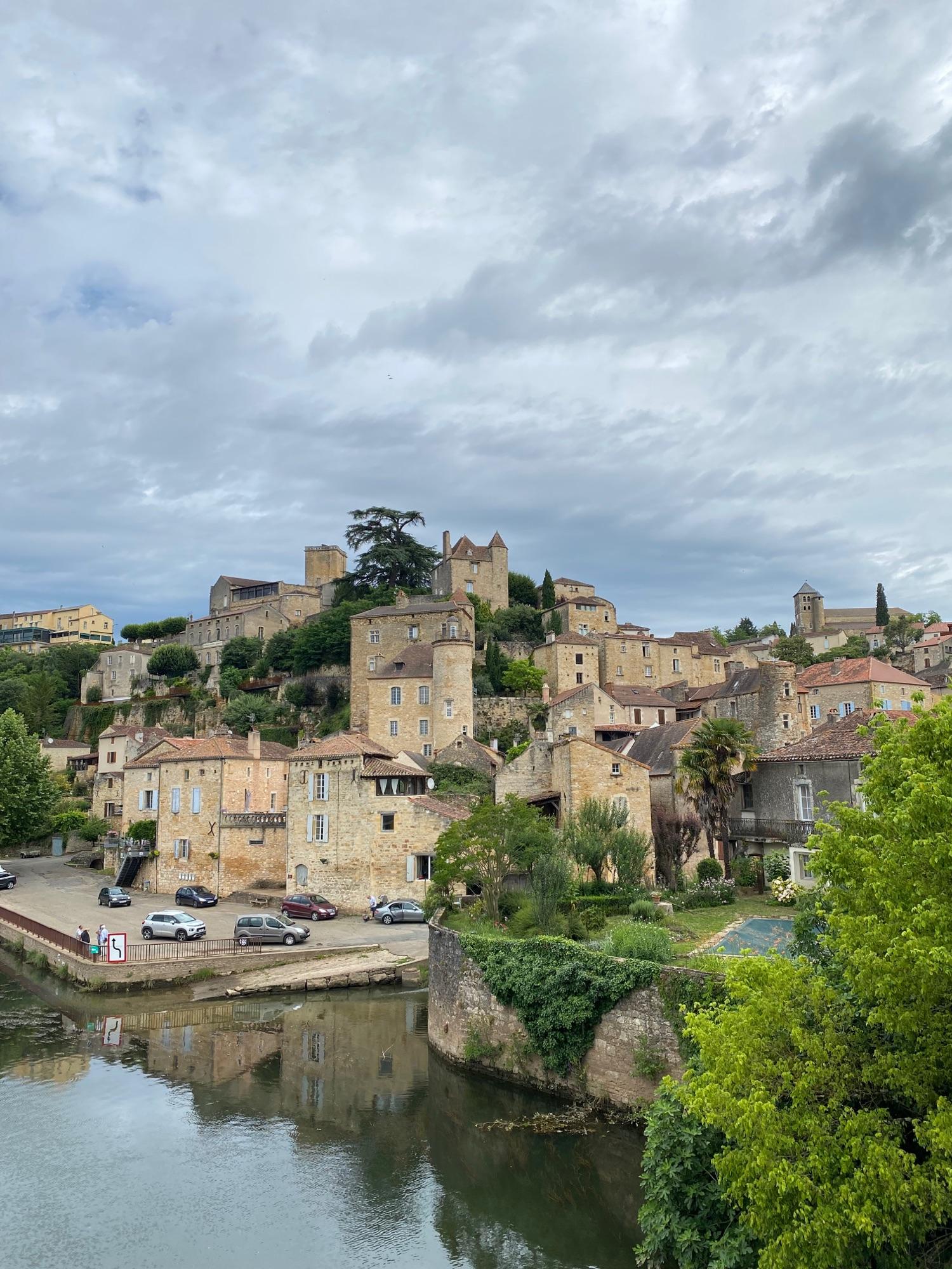 Город «Колодец Епископа», Puy l'Evêque. Конечно, дом как жилище для паломников, старая мельница, дом теплиеров, жилище епископа, и все 12-14 век. Город небогатый, даже бедный, но везде таблички, и только туристов почти нет. Единицы.