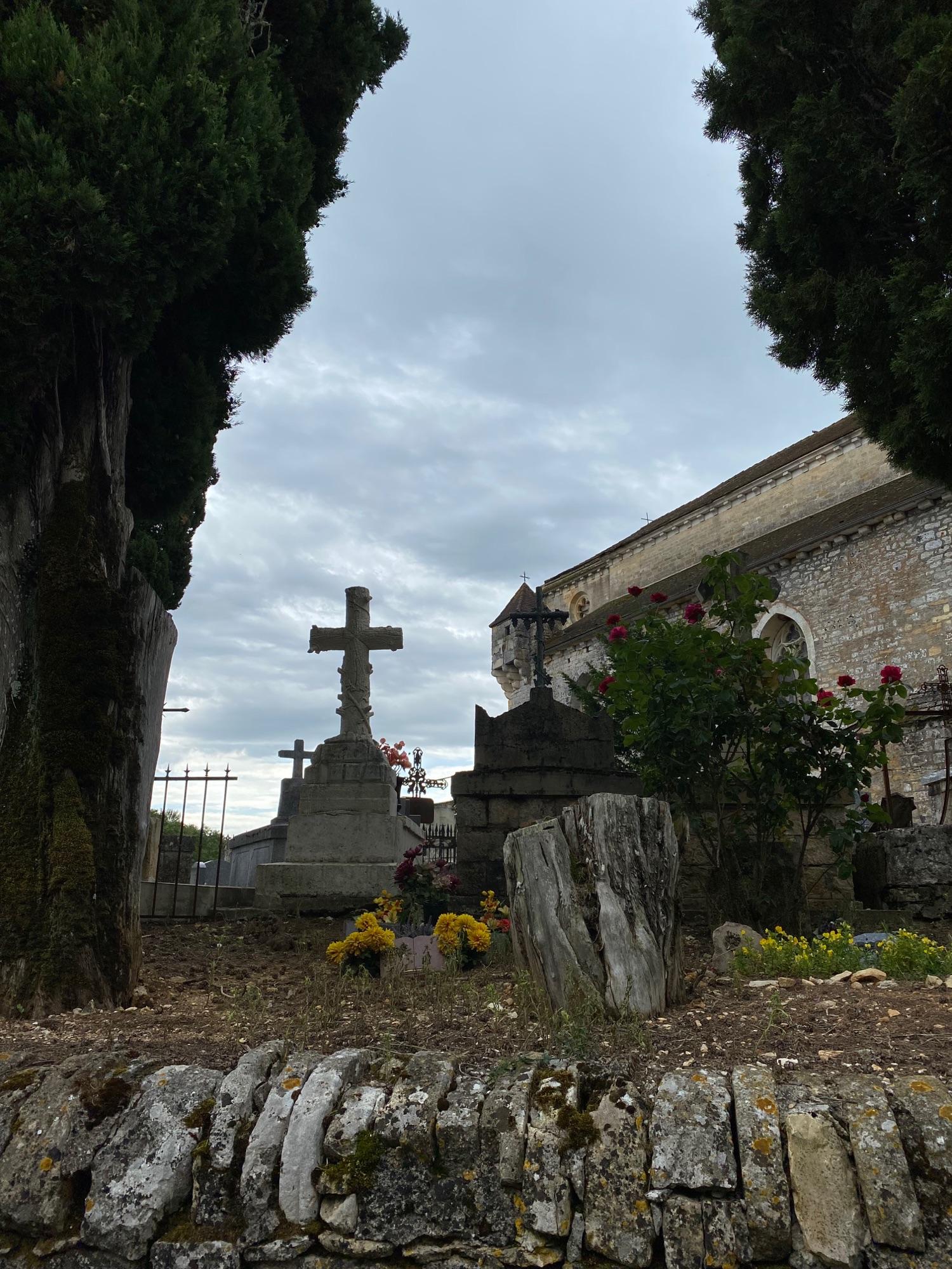 На церкви - видите? Турель. Это оборонительная была церковь в 13 веке. Даже не знаю, чем оттуда тогда пуляли. Луки? Арбалеты?