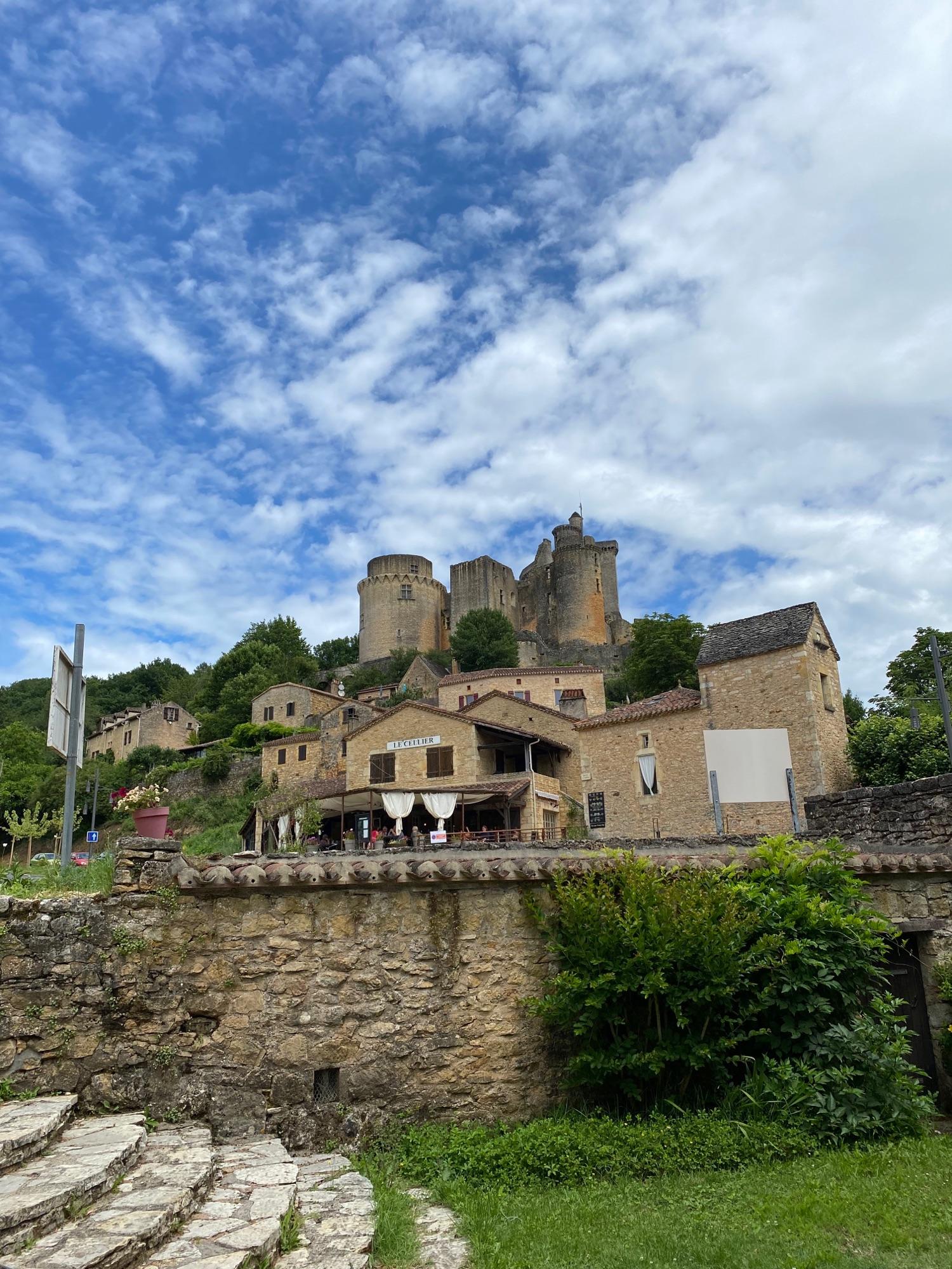 Это еще шато, опять в 8 км, 12 век, château Bonaguil. Толстые стены, синее небо, два ресторана внизу и даже парковка для автобусов. Но туристов нет. А кормят свежей форелью , вкусно очень.