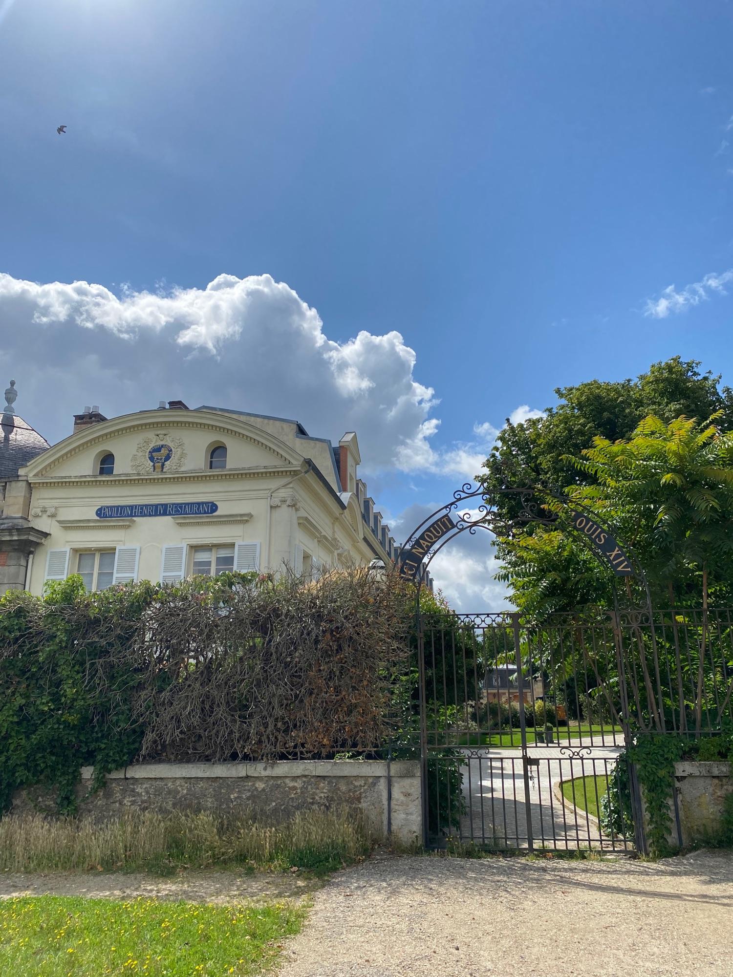 Вот в этом домике Louis XIV и родился, как прекрасно, что его не разрушили.