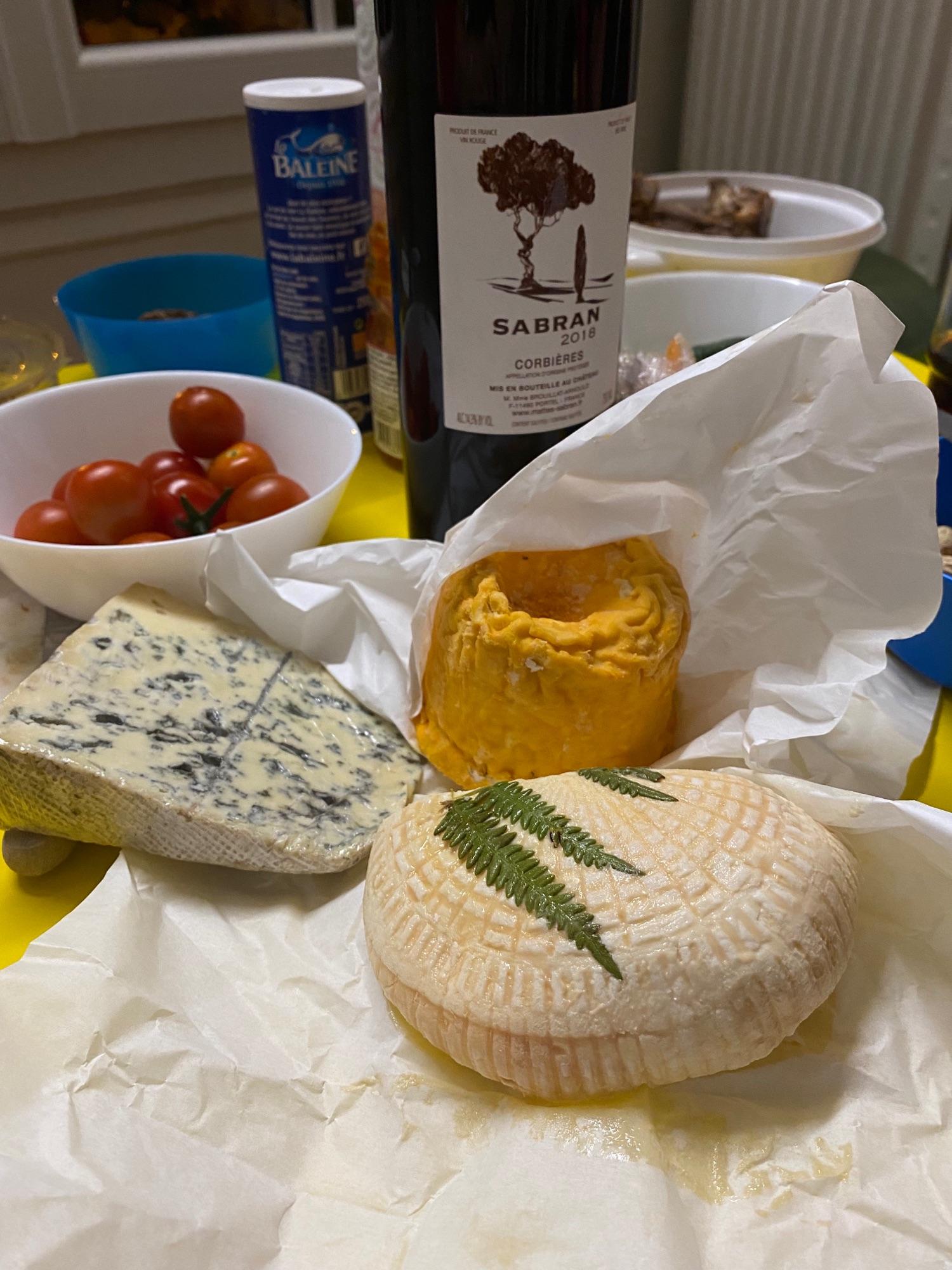 Сыр с фермы пахнет убийственно, хочется уйти и вымыть ноги.
