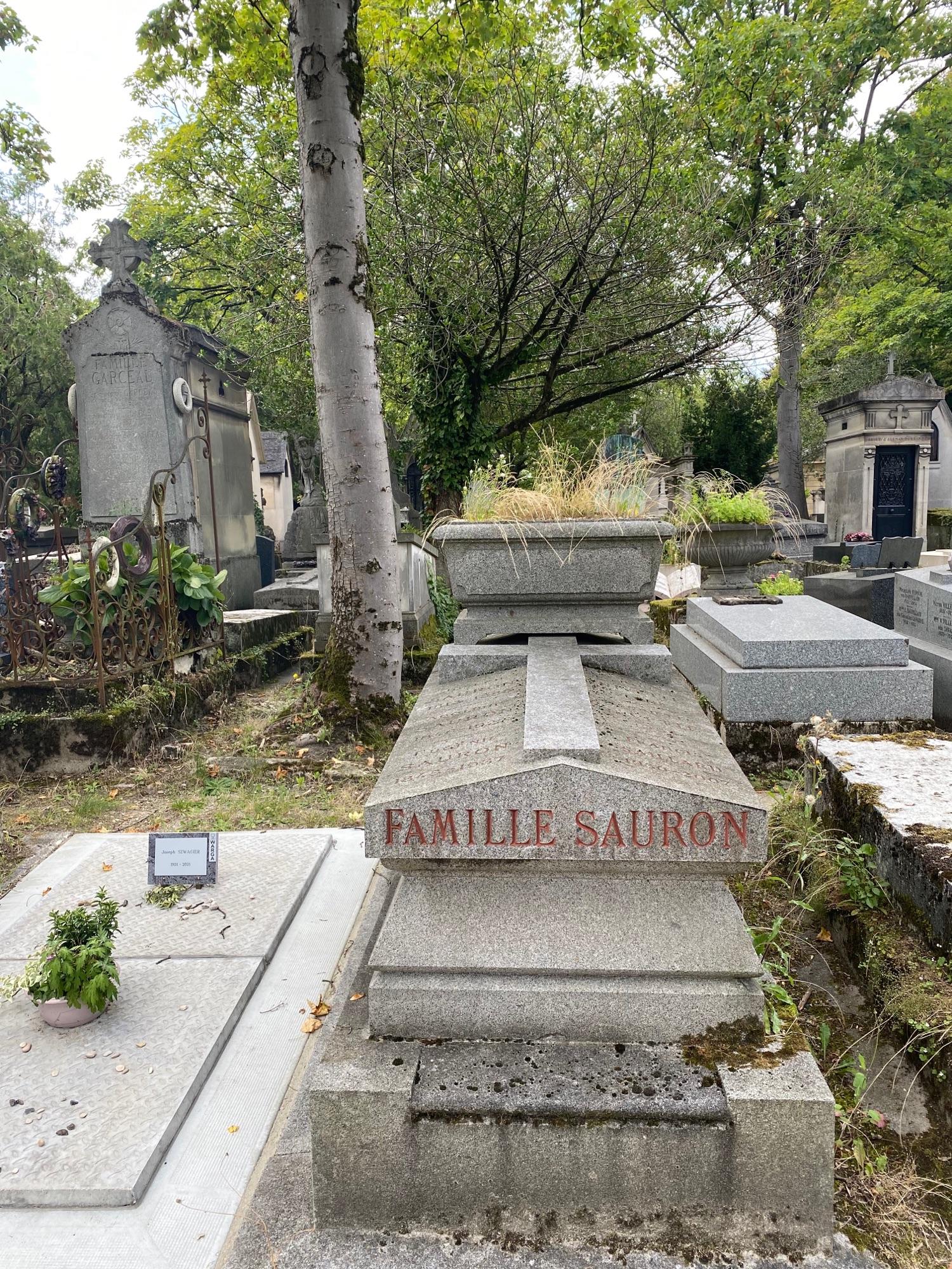Были на кладбище Пер-Лашез, наткнулись на могилу Саурона