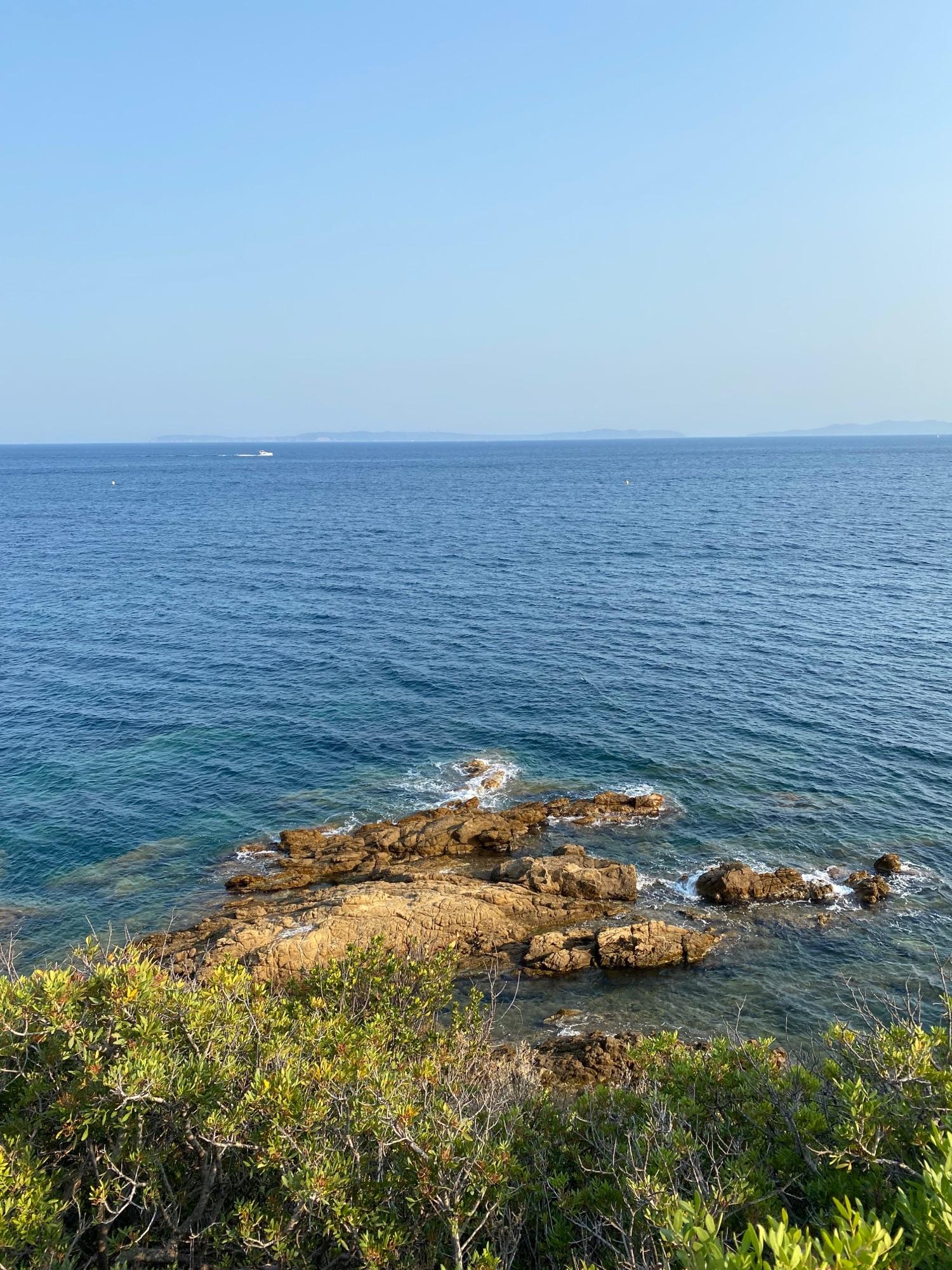 И море