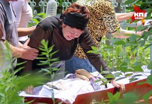 2014.06.16 - Мать погибшей в Славянске медсестры Татьяны Кубран прощается с дочерью