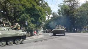 Прохожая в Донецке крестит ополченцев выдвигающихся на бой