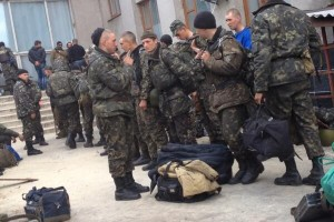 16.04.2014 - украинские военные оставляют снарягу протестующим и уходят
