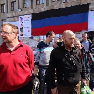 2014.05.03 - Славянск, освобождённые инспекторы ОБСЕ переданы Лукину (фото sashakots)