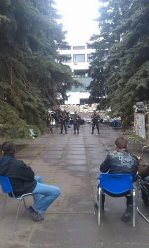 2014.05.08 - Мариуполь, сидят, ждут ареста хунтой