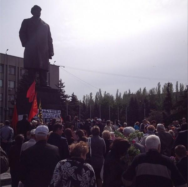 2014.05.09 - Славянск - Люди собираются на центральной площади, фото sashakots