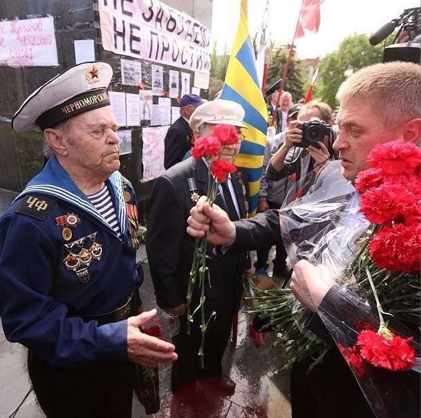 2014.05.09 - Славянск - Пономарёв поздравил ветеранов и пообещал выгнать фашистскую чуму из окраин, фото sashakots