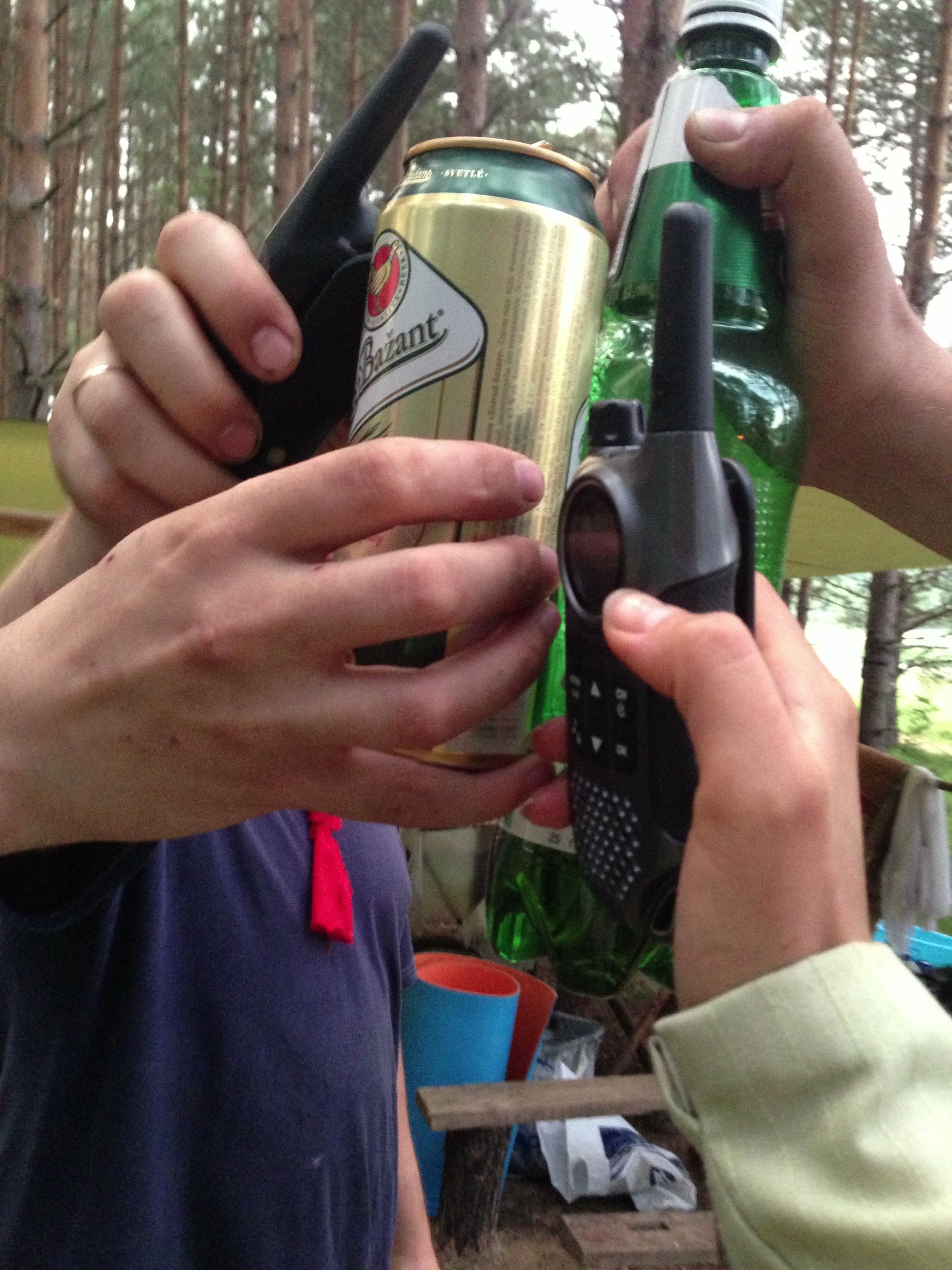 Мастерский тост - двое с пивом, двое с рациями