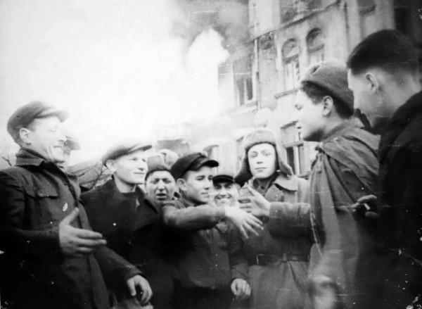 Встреча русских - на фоне подожженый дом на II Аллее, 41, на его месте сегодня здание PTTK (Польская ассоциация туризма и краеведения) под названием «пломба» (фото с въезда Россиян в Ченстохову в январе 1945 года.)