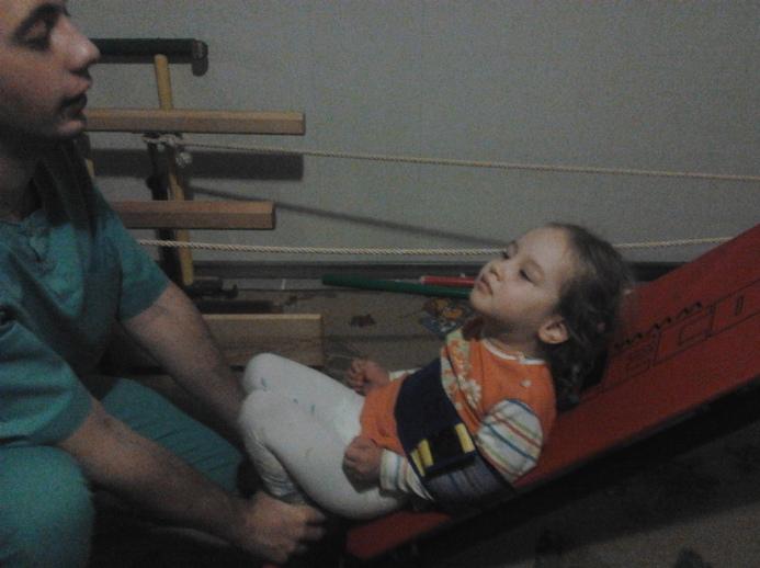 Апис-Мелифика 2012.11-5 Присідає на тренажері