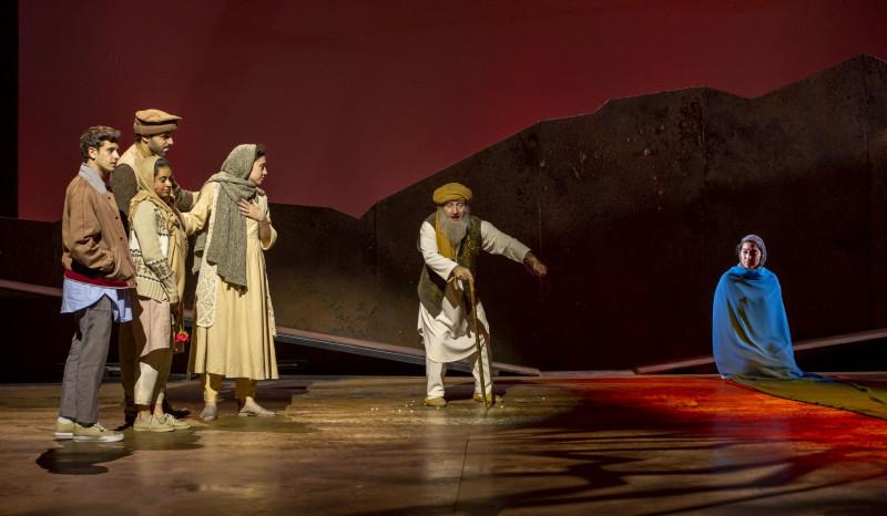 Сцена из спектакля «Тысяча сияющих солнц»