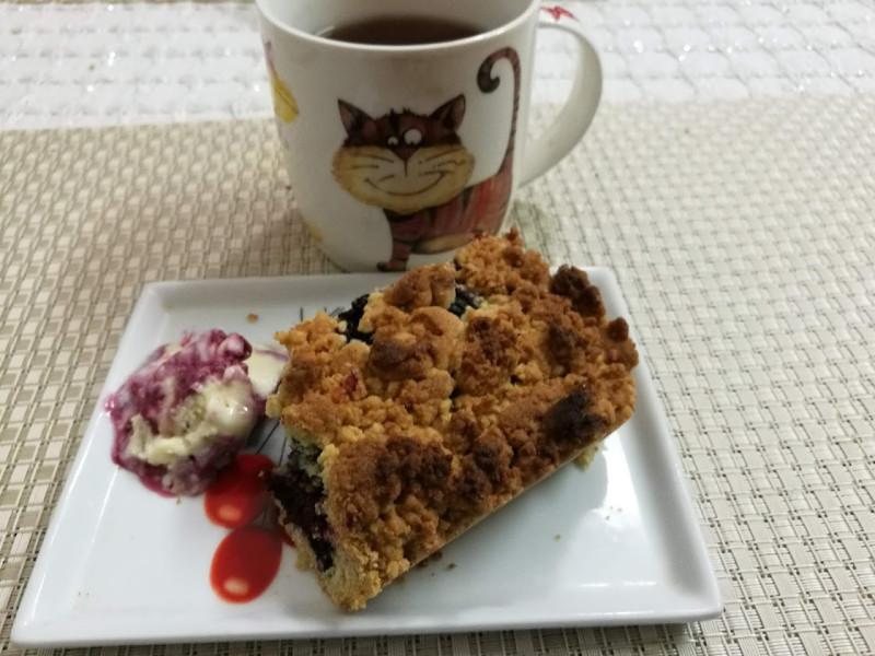 Тертый пирог со смородиной, чуть мороженого и черный кофе