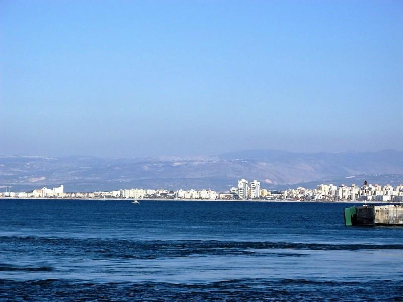 Синева море сливается с  голубизной неба