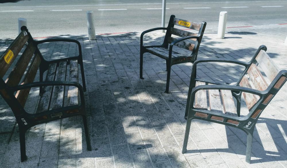 Пустые скамейки