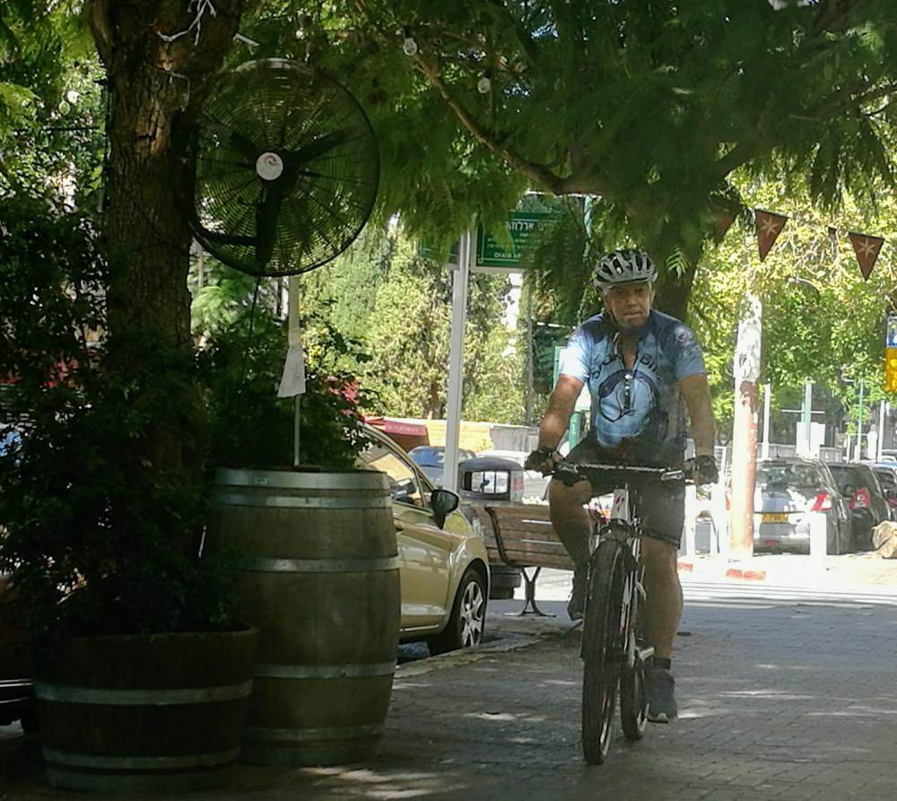 Одинокий велосипедист попался на пути