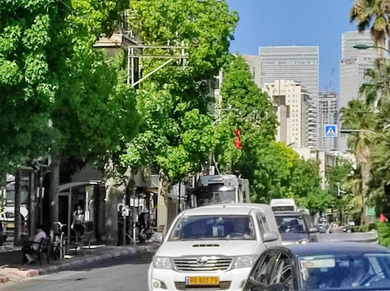 В конце улицы видны высотки Тель Авива.