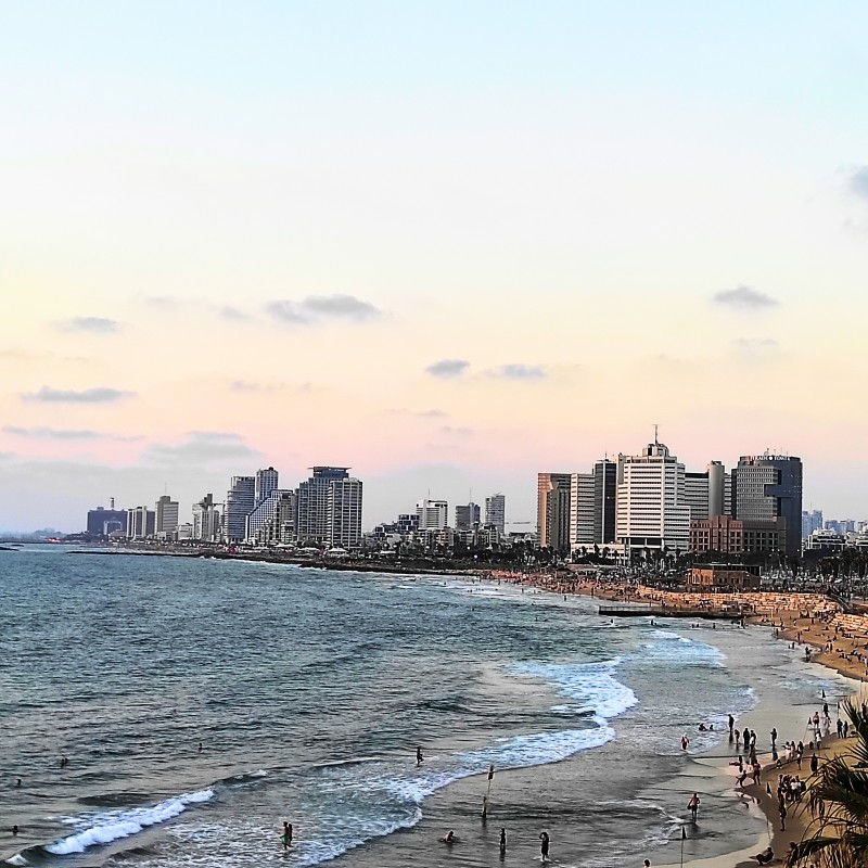 Вид на Тель Авив из порта в Яффо.