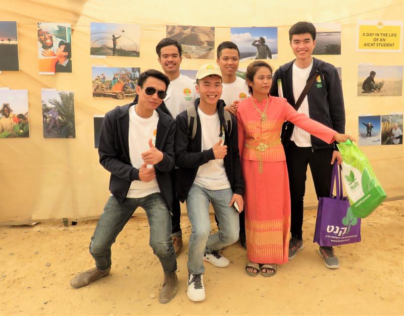 Группа студентов из Таиланда с удовольствием позирует