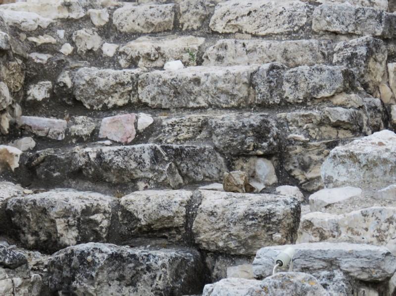 Эти старые ступени, по ним тысячелетия назад спускались люди...