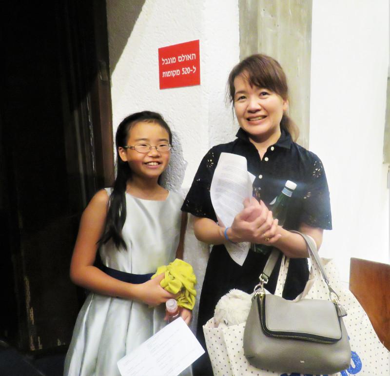 Ри Такуечи  с мамой после концерта