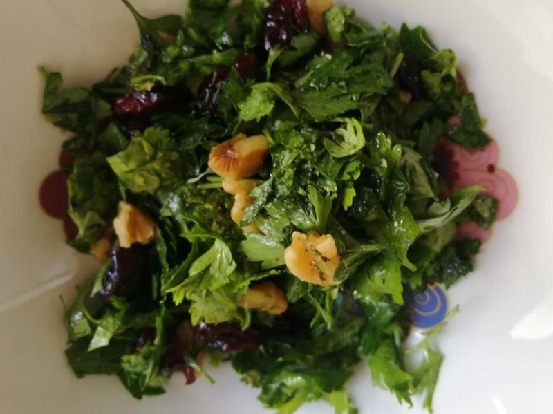 Салат из листиков петрушки и кинзы.