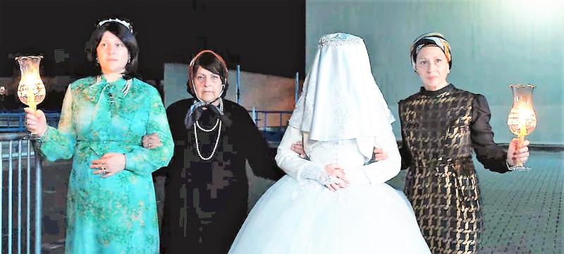 """Кадр из фильма """"Неортодоксальная"""". Перед свадьбой"""