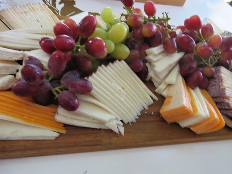 свежий виноград с местным козьим сыром