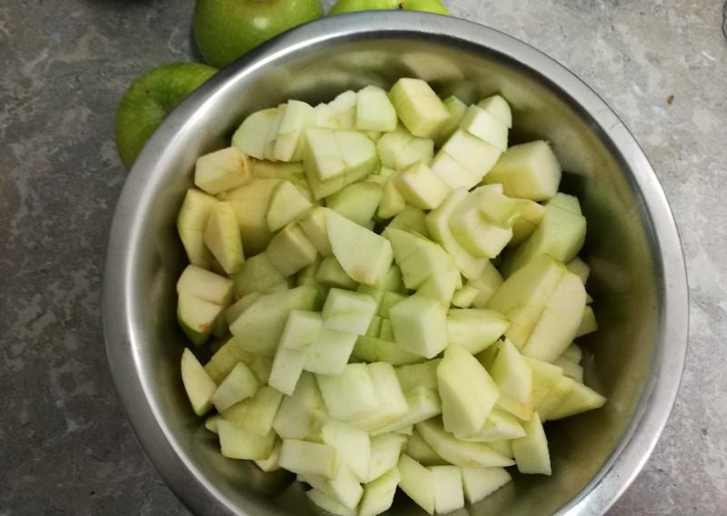 Просто яблоки, уже порезанные.