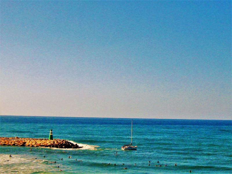 Синева моря сливается с небом
