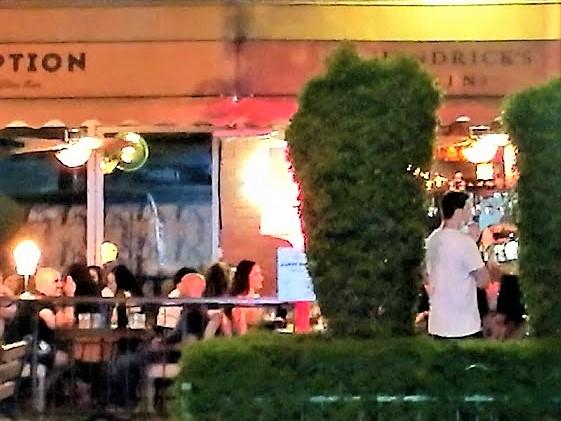 Нет свободных мест. Улицы города превратились в одно большое кафе