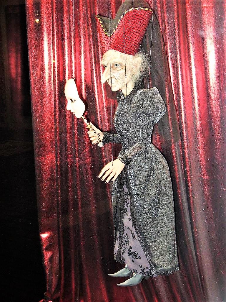 Эдегантная баба -яга. Из музея кукол в Холоне