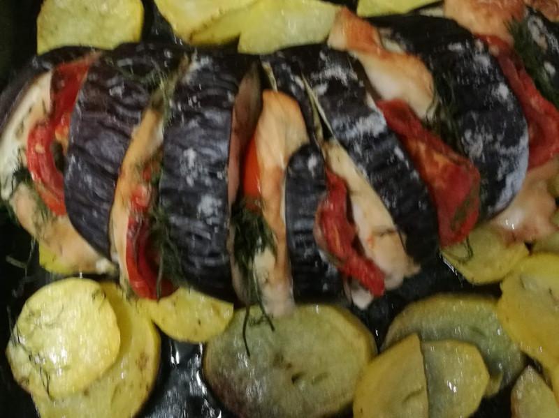 Фаршированный баклажан на подушке из печеной картошки.