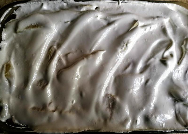 Покрываю пирог взбитым белком