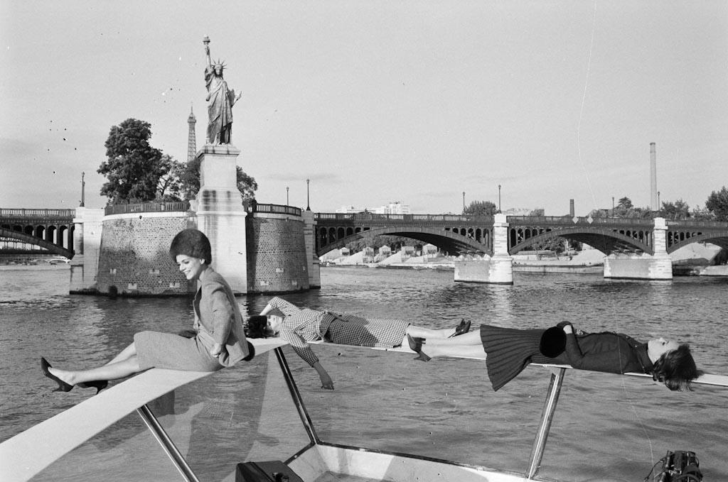 2_D_fil__sur_un_bateau_Mouche_._1962_J._Garofalo_Paris_Match-7
