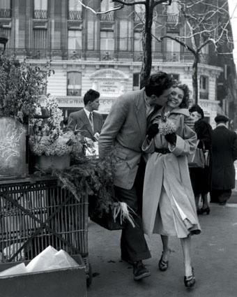 robert-doisneau-les-amoureux-aux-poireaux-paris-1950