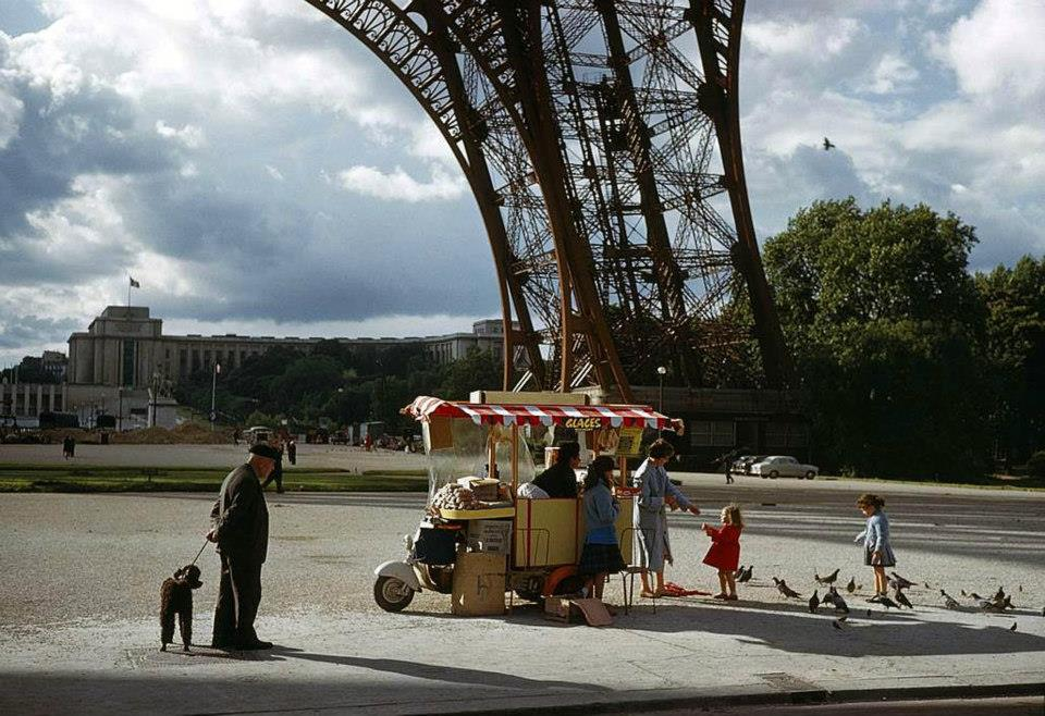 1961 Rafraichissements sous la Tour Eiffel