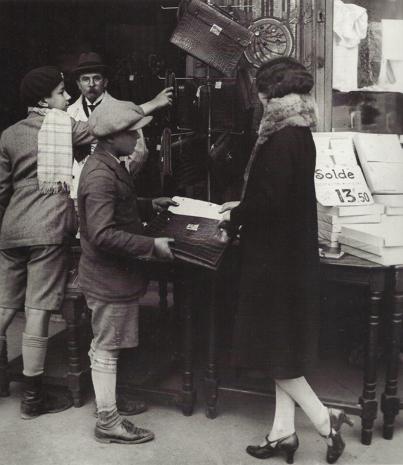 Achat de cartable, Paris, 1930