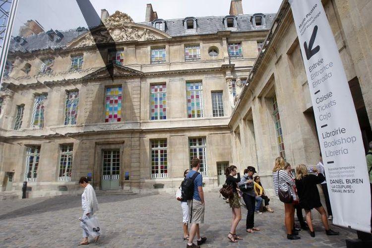 605938-des-visiteurs-devant-le-musee-picasso- - Copie